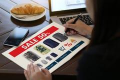 Online-shopping tillfogar till köpet Sale Digital för vagnsdet online-beställningslagret Arkivbild