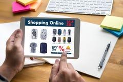 Online-shopping tillfogar till köpet Sale Digital för vagnsdet online-beställningslagret Royaltyfri Fotografi