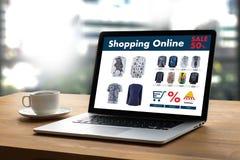 Online-shopping tillfogar till köpet Sale Digital för vagnsdet online-beställningslagret Royaltyfria Foton
