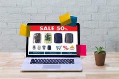 Online-shopping tillfogar till köpet Sale Digital för vagnsdet online-beställningslagret Royaltyfri Foto