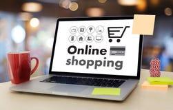 Online-shopping tillfogar till Sale för köpet för vagnsbeställningslagret online-shopping Royaltyfri Foto