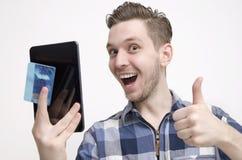 Online-shoppingbegrepp för ung grabb royaltyfria bilder