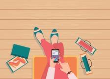 Online-shoppingbegrepp med bästa sikt av den kvinnliga användande smarta phonen vektor illustrationer