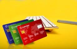 Online-shoppingbegrepp med kreditkortar och smartphonen Fotografering för Bildbyråer