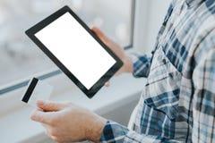 Online-shoppingbegrepp med kreditkorten och minnestavlan Royaltyfri Bild
