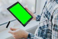 Online-shoppingbegrepp med kreditkorten och minnestavlan Arkivfoton
