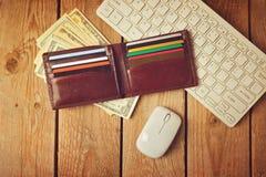 Online-shoppingbegrepp med plånboken, pengar och tangentbordet Retro filtereffekt Royaltyfri Fotografi