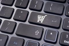 Online-shoppingbegrepp med vagnssymbol Arkivfoton