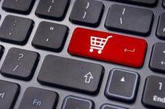 Online-shoppingbegrepp med vagnssymbol Royaltyfri Bild