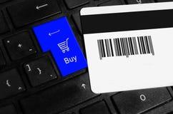 Online-shoppingbegrepp, shoppingvagn på tangentbordet av en bärbar dator arkivbilder