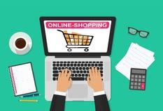 Online-shoppingbegreppsskrivbord med datoren, tabellen, shoppingpåsar, kreditkortar, kuponger och produkter Royaltyfri Foto