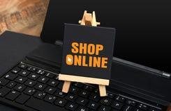 Online-shoppingtecken på det lilla svart tavlatangentbordet Royaltyfri Fotografi