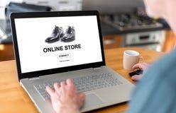 Online sklepu pojęcie na laptopie Zdjęcia Royalty Free