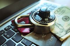 Online-skydd med det svarta kombinationslåset på kreditkort & högkvalitativa pengar Royaltyfri Bild