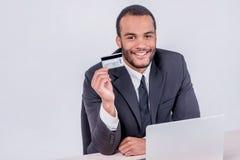 Online sprzedaże Pomyślny Afrykański biznesmena obsiadanie przy laptopem zdjęcie stock
