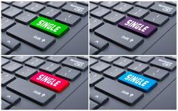 Online-statusbegrepp med den enkla knappen Arkivfoto