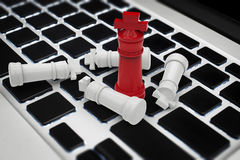 Online strategia biznesowa z szachowym królewiątkiem na klawiaturze Zdjęcie Stock