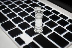 Online strategia biznesowa z szachowym królewiątkiem na klawiaturze Fotografia Royalty Free