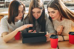 Students read and discuss their task at tablet pc Royalty Free Stock Photos