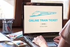 Online taborowego bileta pojęcie na laptopu ekranie Zdjęcia Royalty Free