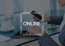 Online-text och diagram mot affärskvinna med telefonen och minnestavla och mörk samkopiering stock illustrationer