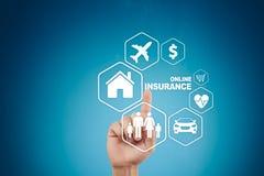 Online ubezpieczenie na wirtualnym ekranie Życie, samochód, własność, zdrowie i rodzina, Interneta i technologii cyfrowej pojęcie Obrazy Royalty Free