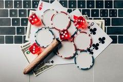 Online uprawia hazard pojęcie z układami scalonymi i pieniądze zdjęcia stock