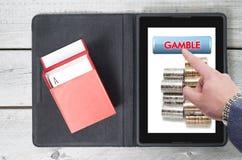 Online uprawiający hazard, technologia z mobilną pastylką zdjęcia stock