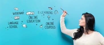 Online-utbildning med den unga kvinnan som rymmer en penna Royaltyfri Bild