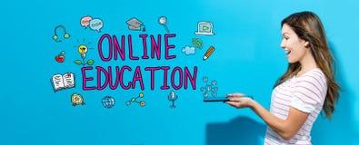 Online-utbildning med kvinnan som använder en minnestavla arkivfoto