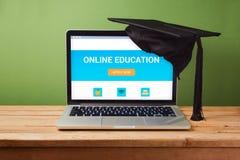 Online-utbildningsbegrepp med bärbar datordatoren Arkivfoton