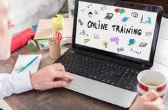 Online-utbildningsbegrepp på en bärbar datorskärm Arkivbilder