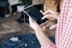Online Verkopend, online het Winkelen en elektronische handelconcept Royalty-vrije Stock Fotografie