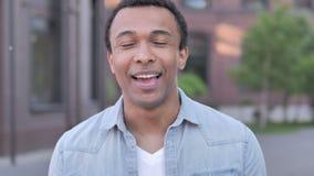 Online-video pratstund av den afrikanska mannen arkivfilmer