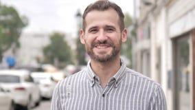Online-video pratstund av den tillfälliga mannen för skägg stock video