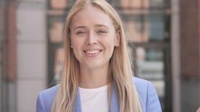 Online-video pratstund av den unga affärskvinnan arkivfilmer