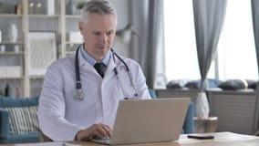 Online-video pratstund av doktorn lager videofilmer