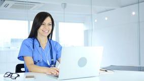 Online-video pratstund på bärbara datorn av doktorn för patient Arkivfoto