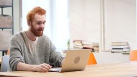 Online-video pratstund på bärbara datorn på arbete lager videofilmer