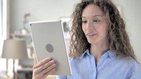 Online-video pratstund på minnestavlan av kvinnan för lockigt hår stock video