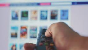 Online-video strömmande service med apps och handen Smart TV Manliga det avlägsna handinnehavet kontrollen vänder av smart stock video