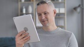 Online Videopraatje door Gray Hair Man op Tablet PC stock video