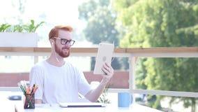 Online Videopraatje op Tablet, Mededeling, die in Balkon van Bureau zitten Openlucht stock videobeelden