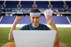 Online wettend, Euros im Stadion gewinnend Stockfoto
