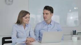 Online Wideo gadka ludzie biznesu, koledzy na laptopie zbiory
