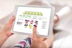 Online winkelconcept op een tablet stock afbeelding