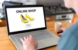 Online winkelconcept op laptop stock foto