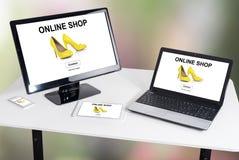 Online winkelconcept op verschillende apparaten royalty-vrije stock fotografie