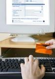 Online winkelend Stock Foto
