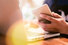 Online Winkelend Handen die creditcard houden en laptop met behulp van royalty-vrije stock afbeelding